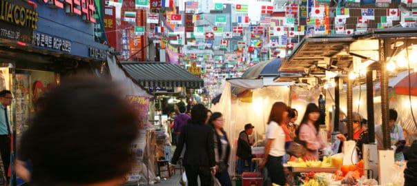 Aziatische markt met vlaggen van landen